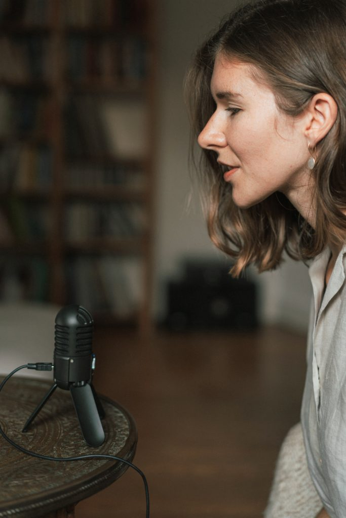 Anne Weiss, Podcast Frag Anne.  © Lasse Schneppenheim